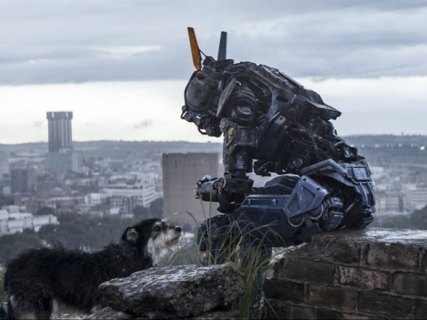 CHAPPIE - Image 2 du film movie Neill Blomkamp Robot SF 2015 - Go with the Blog