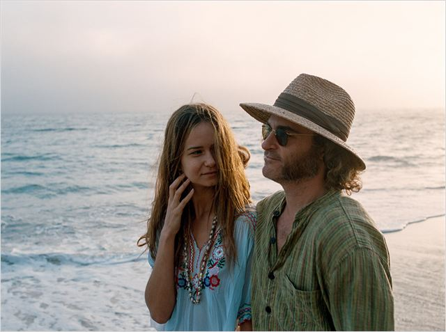 INHERENT VICE - image du film  Joaquin Phoenix and girl - Go with the Blog
