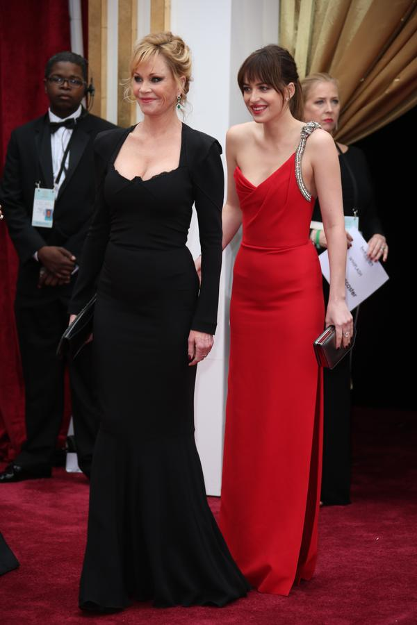 OSCARS 2015 - Dakota Johnson Melanie Griffith 2 - Go with the Blog