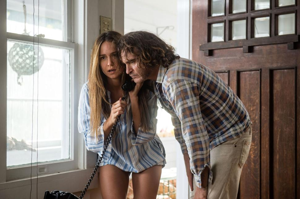 INHERENT VICE - image du film  2 Joaquin Phoenix and girl - Go with the Blog