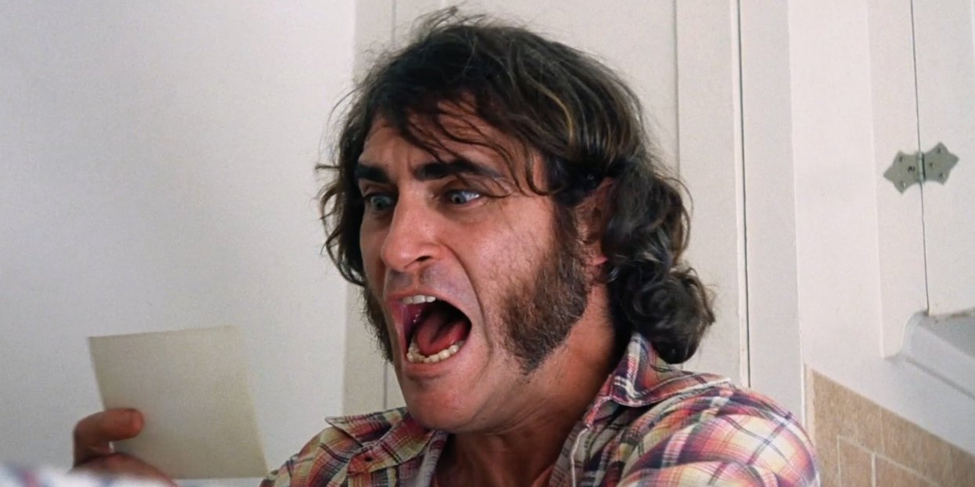 INHERENT VICE - image du film  Joaquin Phoenix screaming - Go with the Blog