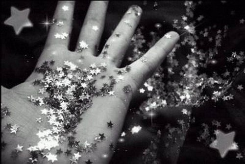 POUSSIÈRE D'ÉTOILES - photo noir et blanc avec main