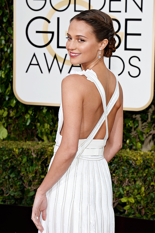 GOLDEN GLOBES 2016 - Alicia Vikander en Louis Vuitton 3