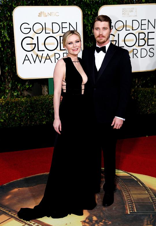GOLDEN GLOBES 2016 - Kirsten Dunst Garrett Hedlund - Fargo nominee Kirsten Dunst in Valentino with boyfriend Garrett Hedlund in Gucci 2