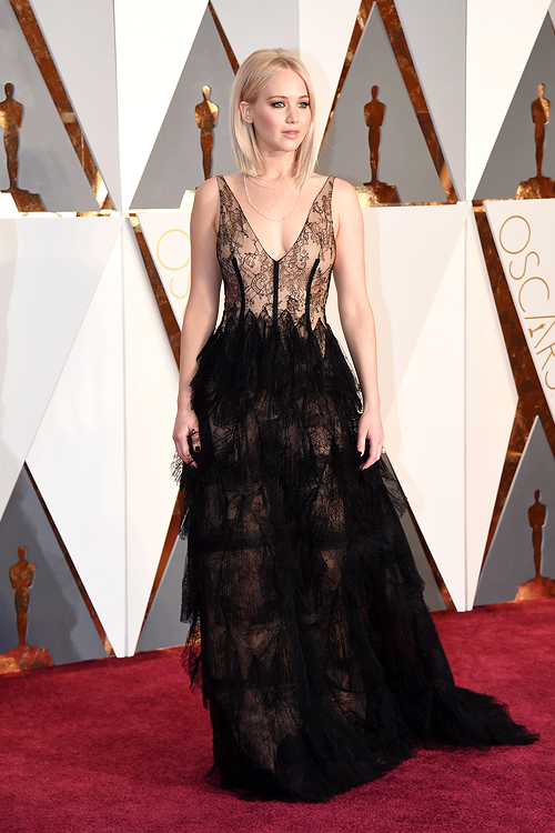 OSCARS 2016 - Jennifer Lawrence in DIOR COUTURE red carpet 2016 tapis rouge - Go with the Blog