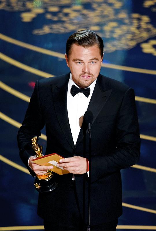 OSCARS 2016 - Leonardo DiCaprio receiving his Oscar Award 2016 tapis rouge - Go with the Blog